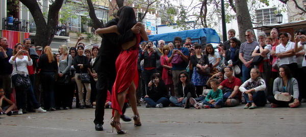 street-tango-dancers-in-a-private-tango-tour-in-buenos-aires