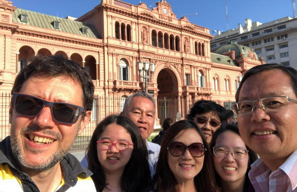 Private tour guide Buenos Aires Pablo Piera with happy Customers at Casa Rosada Pink House