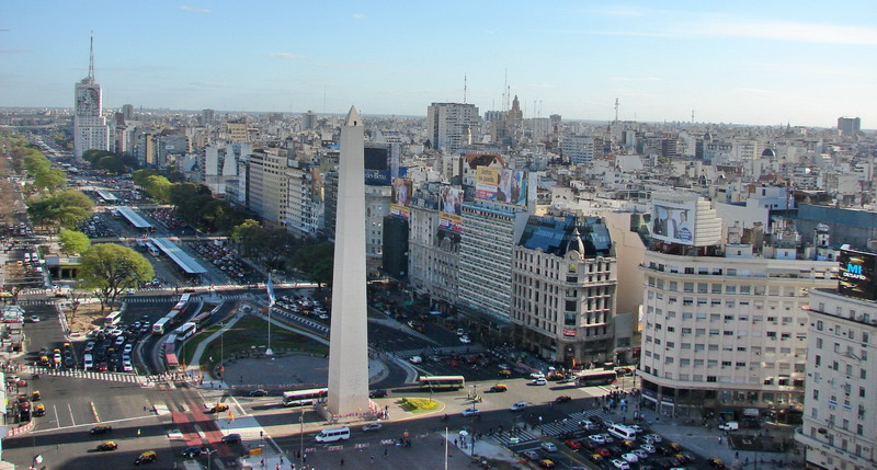 Private tour guide Buenos Aires view of the Obelisk with the Metrobus